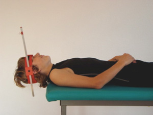 Krafttraining mit dem Eigengewicht des Kopfes. Zusätzlich wird mit höchster Frequenz (kurzer Stab) rotiert - wie im Bild zu sehen. Statt Rotation kann auch mit Lateroflexion oder Flexionsbewegungen trainiert werden.